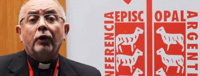monseñor Ramón Alfredo Dus, arzobispo de Resistencia (Argentina), presenta el Nuevo Testamento de la BIA en el Encuentro Nacional de Evangelización y Catequesis 2015
